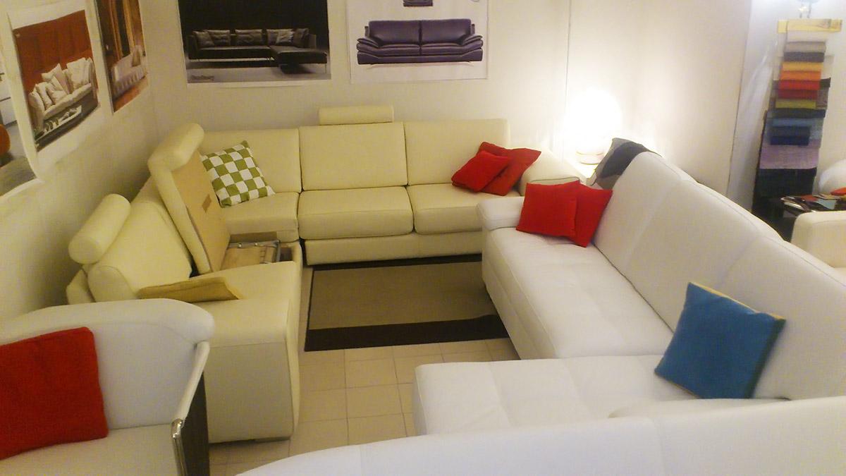 Salotti e divani in offerta nel altamura for Divani angolari in pelle
